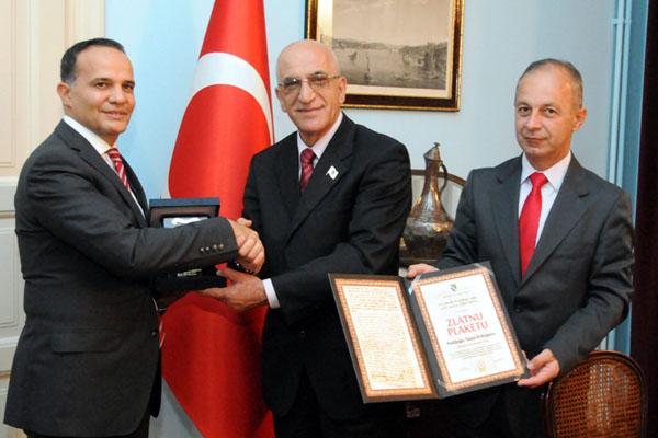 Plaketa Erdoganu ambasada 3
