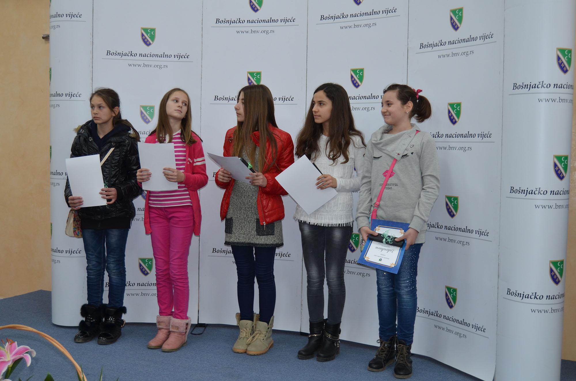 Dobitnici zahvalnica u prvoj kategoriji. Zahvalnice je uručio predsjednik žirija za literarni konkurs, Maruf Fetahović.