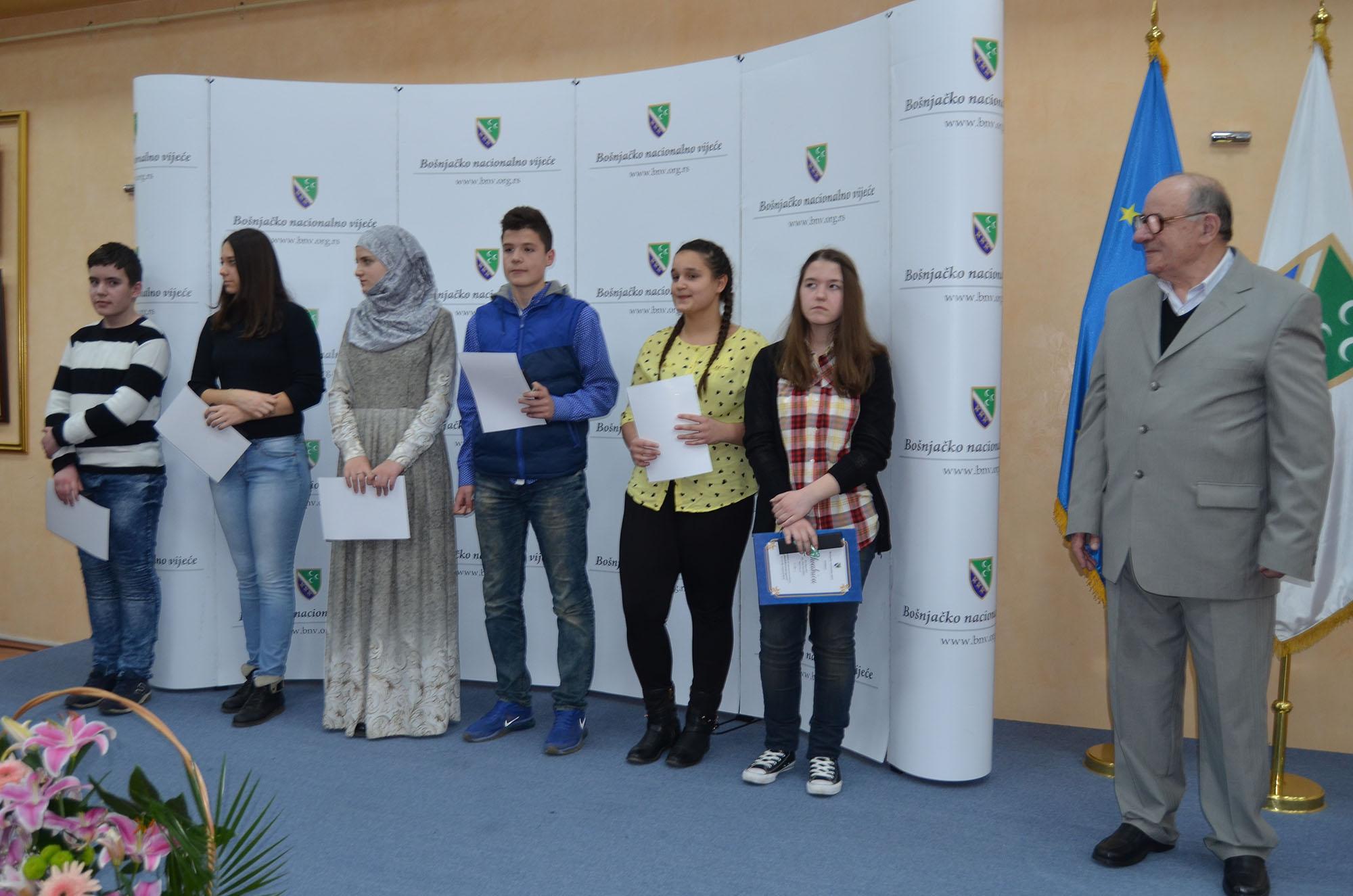 Dobitnici zahvalnica u drugoj kategoriji. Zahvalnice je uručio član žirija za literarni konkurs, Hajro Ikić.