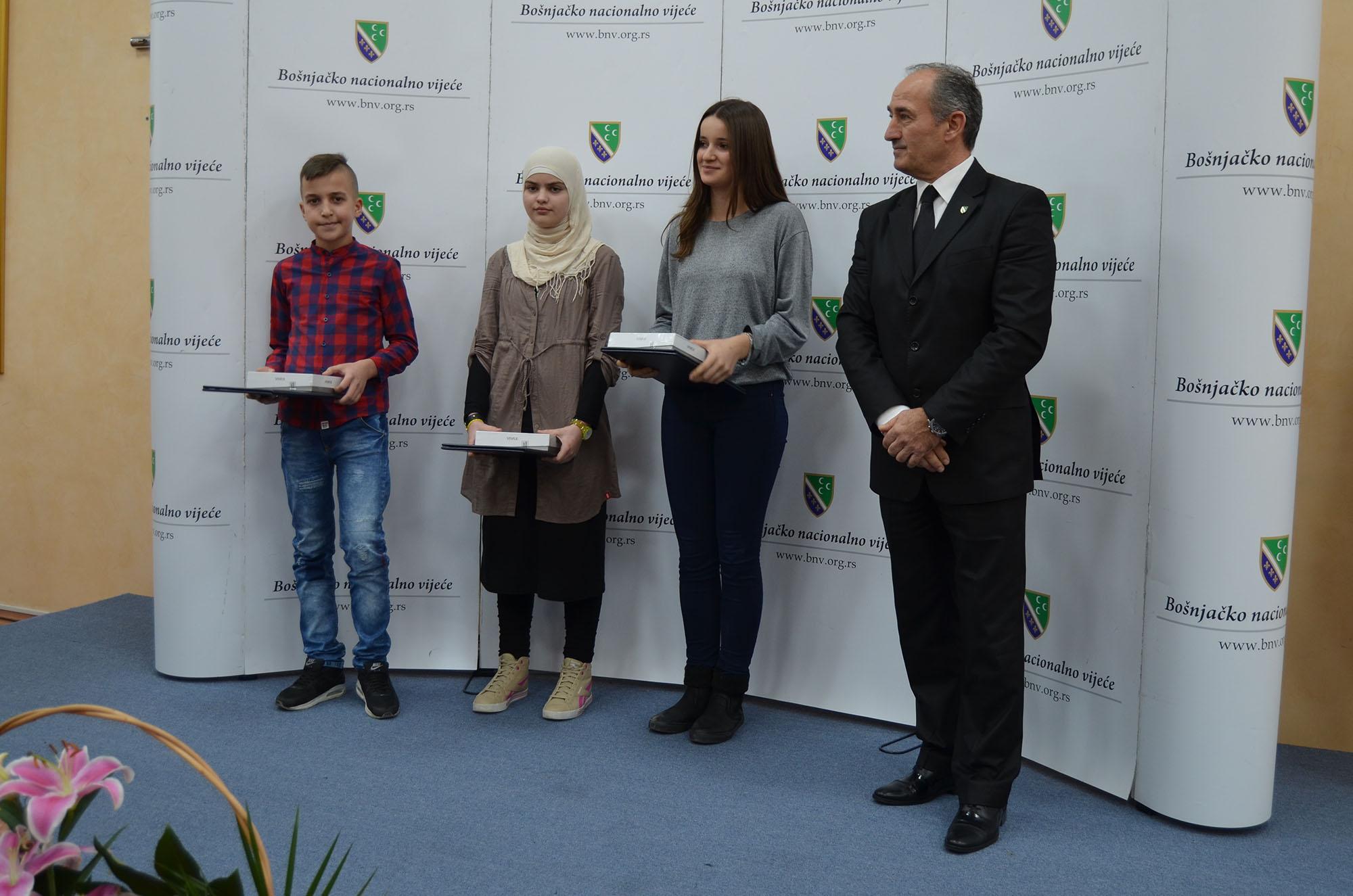 Dobitnici nagrada i diploma za osvojena treća mjesta na literarnom konkursu za obje kategorije kao i za trećeg mjesta na foto konkursu. Nagrade je uručio predsjednik Izvršnog odbora Vijeća doc.dr. Hasim Mekić.