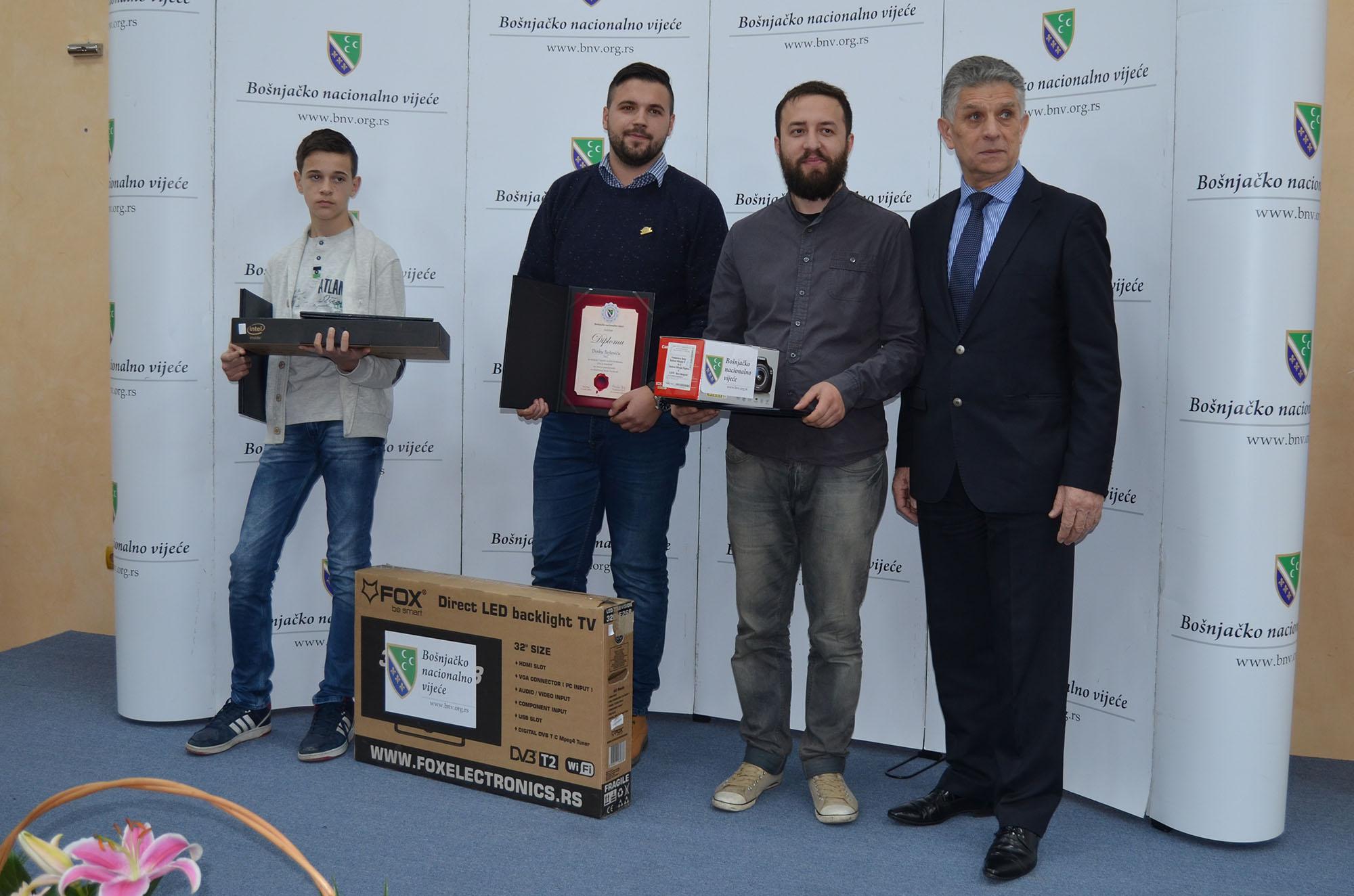 Dobitnici nagrada i diploma za prva mjesta literarnog konkursa i foto konkursa.